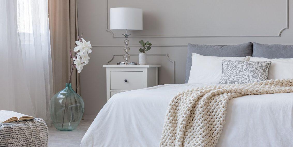 Idei creative pentru un dormitor mult prea alb